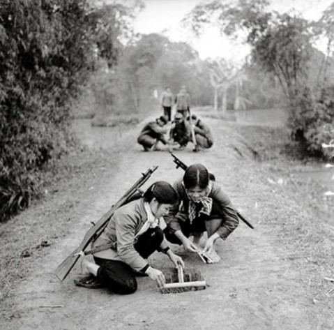 Young-North-Vietnamese-militawomen-learn-how-to-set-booby-traps.-1-585x578