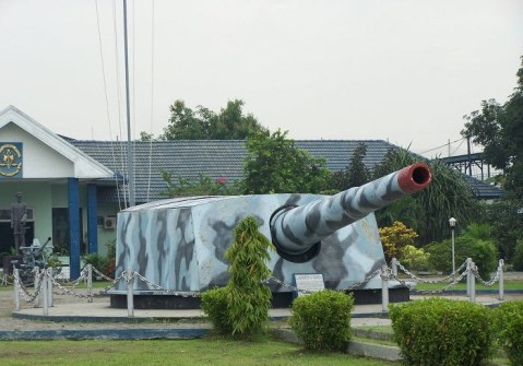 De Zeven Provinsein warship cannon at museum in indonesia