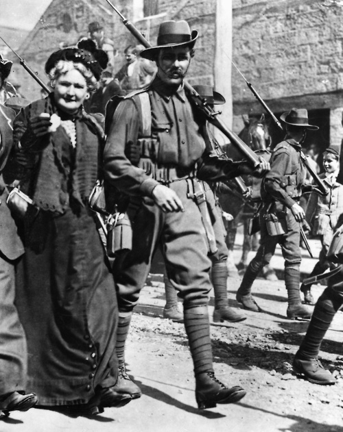 An Australian soldier of the AN&MEF and his mother in Sydney, 1914, prior to departing for Rabaul