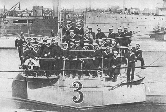 Pantera-crew 1935. At the time she was the last operational Tsarist-era submarine and the 'grand old lady' of the fleet