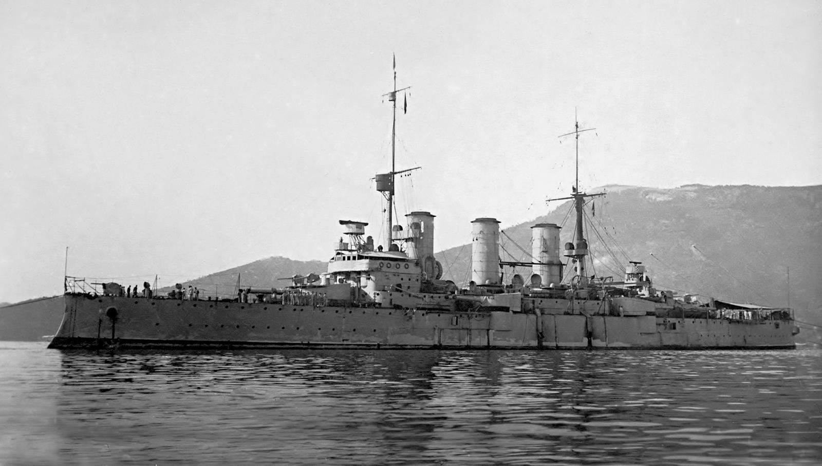 The Italian cruiser Pisa or the Regina Marina, the sister of the Greek Averoff. (Click to big up)