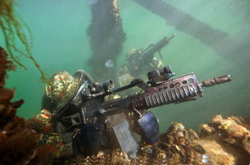 German Kampfswimmers with the HK G36 underwater