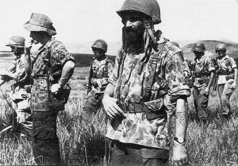 Paracas del 2º BEP en Dien Bien Phu, 1954. Note the mix of US helmets and the surplus USMC 'Duck Hunter' camo left over from WWII (Source: ecpad.fr) http://www.ecpad.fr/