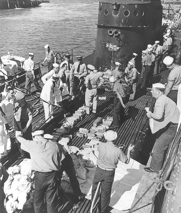 USS Trout (SS-202) unloads gold to USS Detroit (CL-8), March 1942 Photo #: 80-G-45971 USS Trout (SS-202) At Pearl Harbor in early March 1942, unloading gold bars which she had evacuated from Corregidor. Official U.S. Navy Photograph, now in the collections of the National Archives.