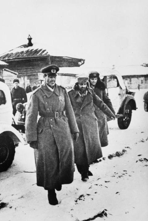 ADN-ZB/TASS II. Weltkrieg 1939-45 Schlacht um Stalingrad vom Juli 1942 bis Februar 1943 Der kriegsgefangene Generalfeldmarschall Friedrich Paulus (l.), bisher Oberbefehlshaber der faschistischen 6. Armee in Stalingrad, trifft am 31.1.1943 mit seinem Stabschef, Generalleutnant Arthur Schmidt (m.), und seinen Adjutanten, Oberst Wilhelm Adam, beim Stab der sowjetischen 64. Armee in Beketowka ein. Aufnahme Lipskerow