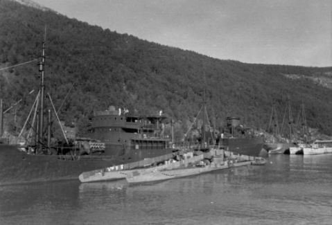 "In the rear are two S-boats of the 6. SFltl in Skjomen (Ofotfjord near Narvik) alongside a camouflaged ""Christian Radich"", in the foreground MT-""Kärnten"" with U 408 and U 457 the 16.07.1942 - Picture: Archives E. Skjold http://s-boot.net/sboats-km-northnorway.html"