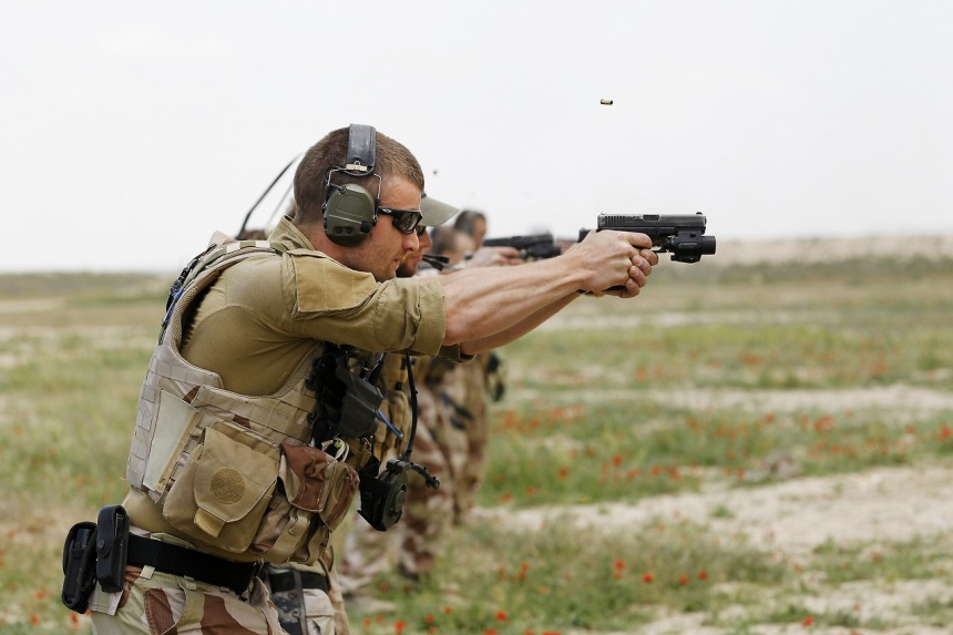 Soldater fra taktisk transport tropp på skytebanen utenfor Mazar E Sharif i Afghanistan hvor de trener på skyting med Glock 9 mm pistolSoldiers from tactical transport troop, on a shooting range outside Mazar E Sharif in Afghanistan where they train on