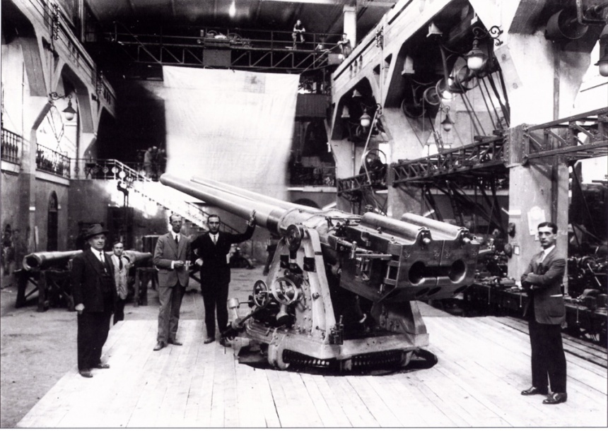 Main 4.7-inch twin guns of the Paraguayan gunboat Humaitá before being mounted