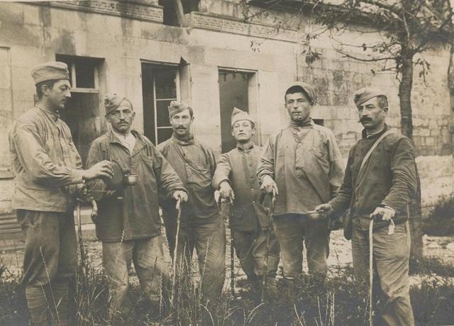 Poilus-et-leurs-cannes-en-1916