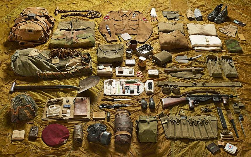 kit-layout-of-a-lance-corporal-from-operation-market-garden-para-british-sten