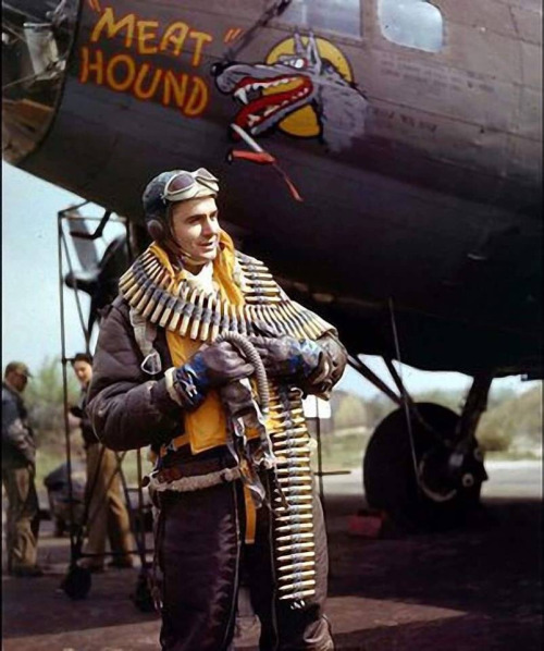 right-waist-gunner-staff-sergeant-frank-t-lusic-of-eighth-air-forces-meathound-a-boeing-b-17f-55-bo-flying-fortress-sn-42-29524-1943