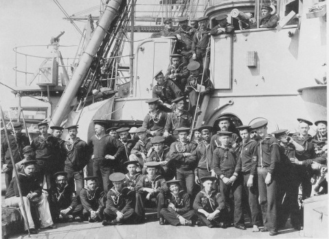 Enlisted port watch in 1888. Note the one pounder gun on the left and the Gatling machine gun on the right. Catalog #: NH 56549