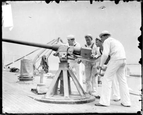 image-of-four-sailors-manning-an-anti-aircraft-gun-on-the-u-s-revenue-cutter-tuscarora-anchored-on-lake-michigan-in-chicago-illinois-chicago-daily-news-1905
