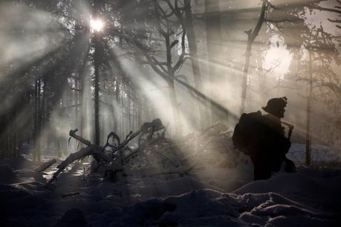 snow-eerie-sun-sgt-kirstin-merrimarahajara-captured-a-marine-walking-through-rukla-training-area-lithuania-during-exercise-iron-sword-16-c