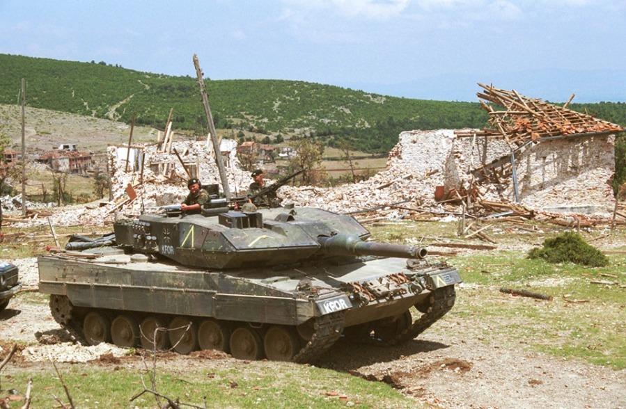 Ein Kampfpanzer Leopard 2 A5 in destroyed village near Nasec.