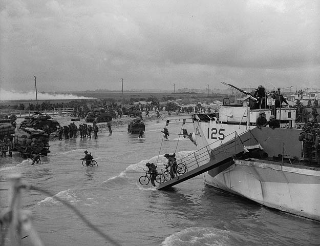"""Personnel of the 9th Canadian Infantry Brigade landing on """"Nan White"""" beach on D-Day"""