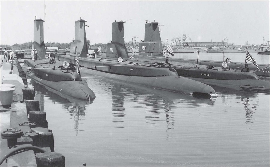 Stern view of four boats tied up in Pearl Harbor about 1959. Inboard to outboard are the Sabalo (SS-302), Carp (SS-338), Sterlet (SS-392) & Greenfish (SS-351).