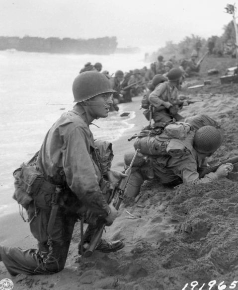 U.S. soldiers on the beaches of Aitape, New Guinea, April 22, 1944 163rd Infantry rgt 41st Division note M1 Carbine US Signal Corps picture 191965