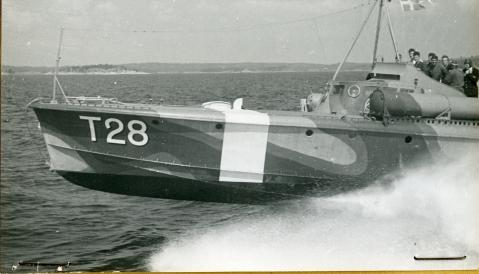 Motortorpedbåt T 28 i full fart i skärgården 1943 Fo196168